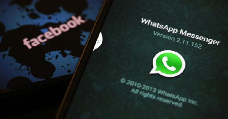 Logotipos do WhatsApp e Facebook.