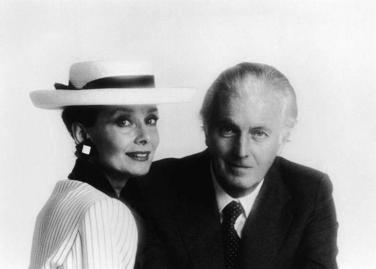 O estilista francês Hubert de Givenchy, 91, com Audrey Hepburn, nos anos 1980.
