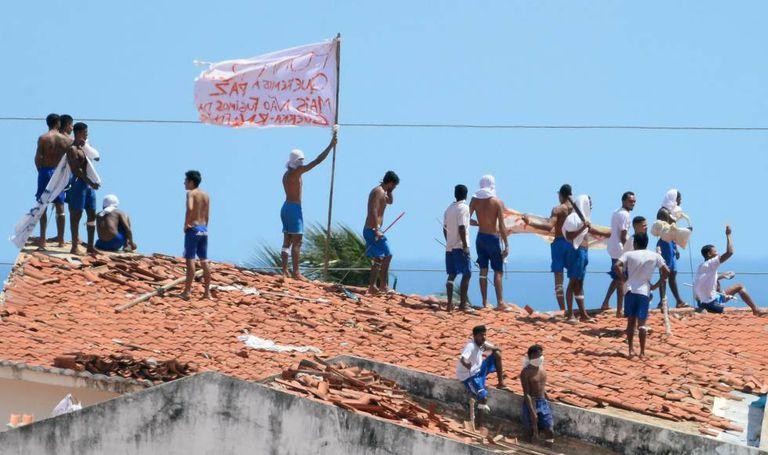 Detentos em cima do telhado do presídio de Alcaçuz, nesta segunda.