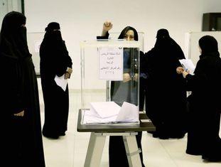 Eleitoras depositam votos em Riad, na Arábia Saudita, neste sábado.