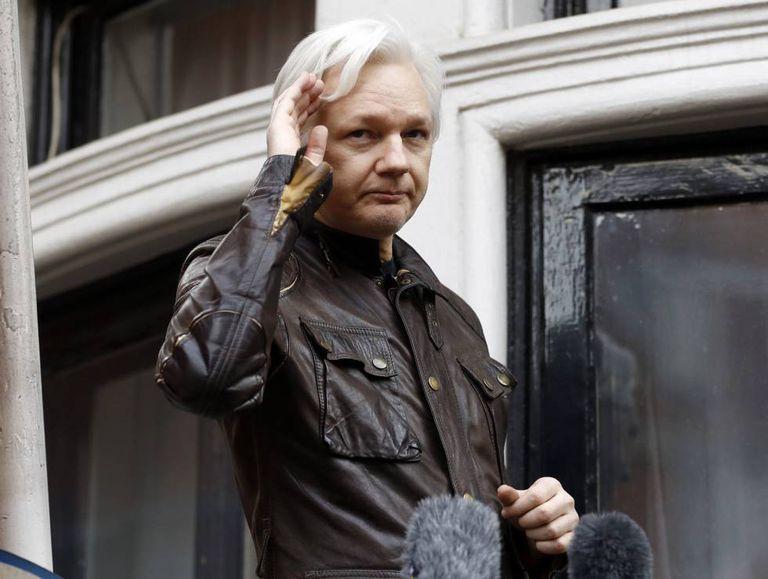 Assange na sacada da Embaixada equatoriana em Londres, em maio do ano passado.
