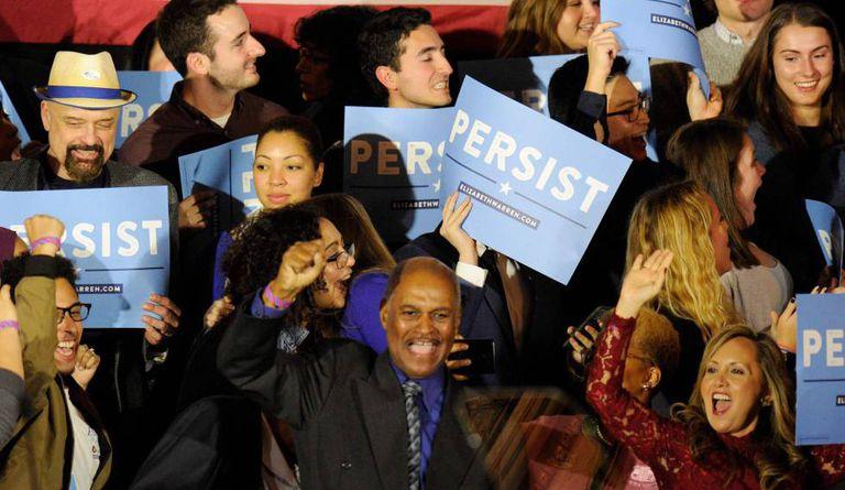 Simpatizantes democratas festejam a vitória na Câmara dos Representantes dos EUA.
