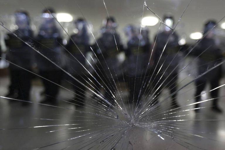 Manifestantes tentam invadir a Câmara em protesto contra a Reforma da Previdência