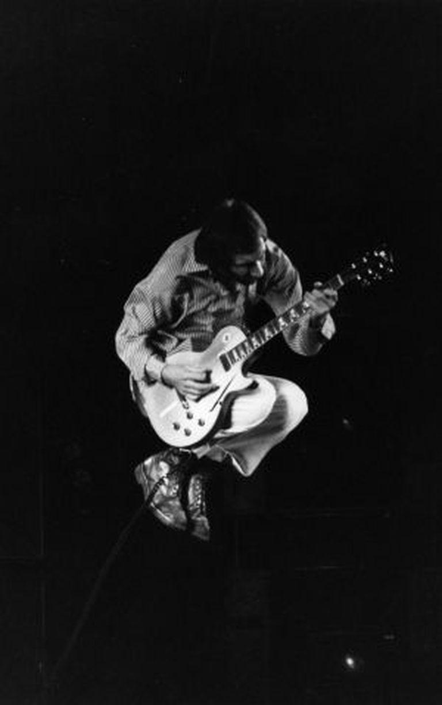 Pete Townshend, durante uma atuação em 1975.