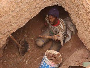 Benaqla Sadki trabalha procurando fósseis perto de Erfoud (Marrocos).