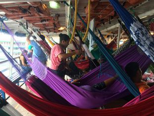 O interior do barco Clívia, saindo de Manaus.