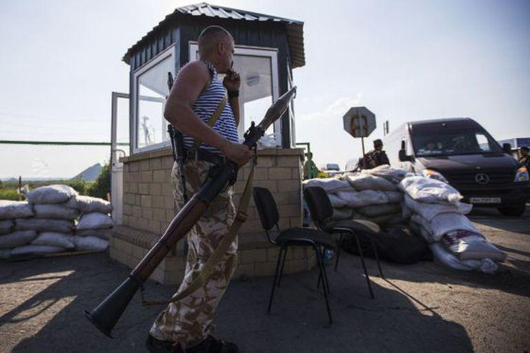 Um combatente pró-Rússia em um posto fronteiriço abandonado de Chervonopartyzansk, na fronteira com a Rússia.