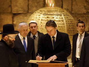 Bolsonaro assina livro ao lado do primeiro-ministro israelense Benjamin Netanyahu e do rabino Shmuel Rabinovitch em visita a sinagoga na Cidade Velha de Jerusalém, no dia 1º de abril