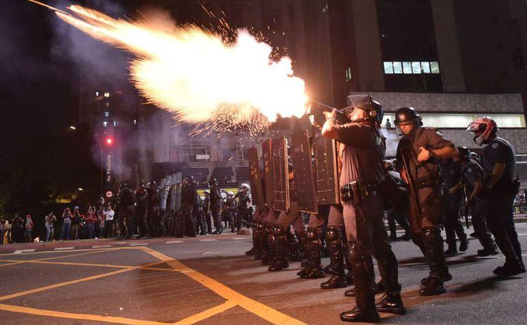 Polícia lança bombas de gás para reprimir ato na av. Paulista.