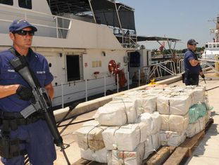 Um agente norte-americano após a apreensão de várias toneladas de cocaína.