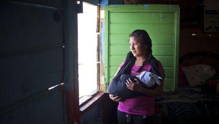 Uma jovem de 16 anos com seu filho em Chiapas, México.