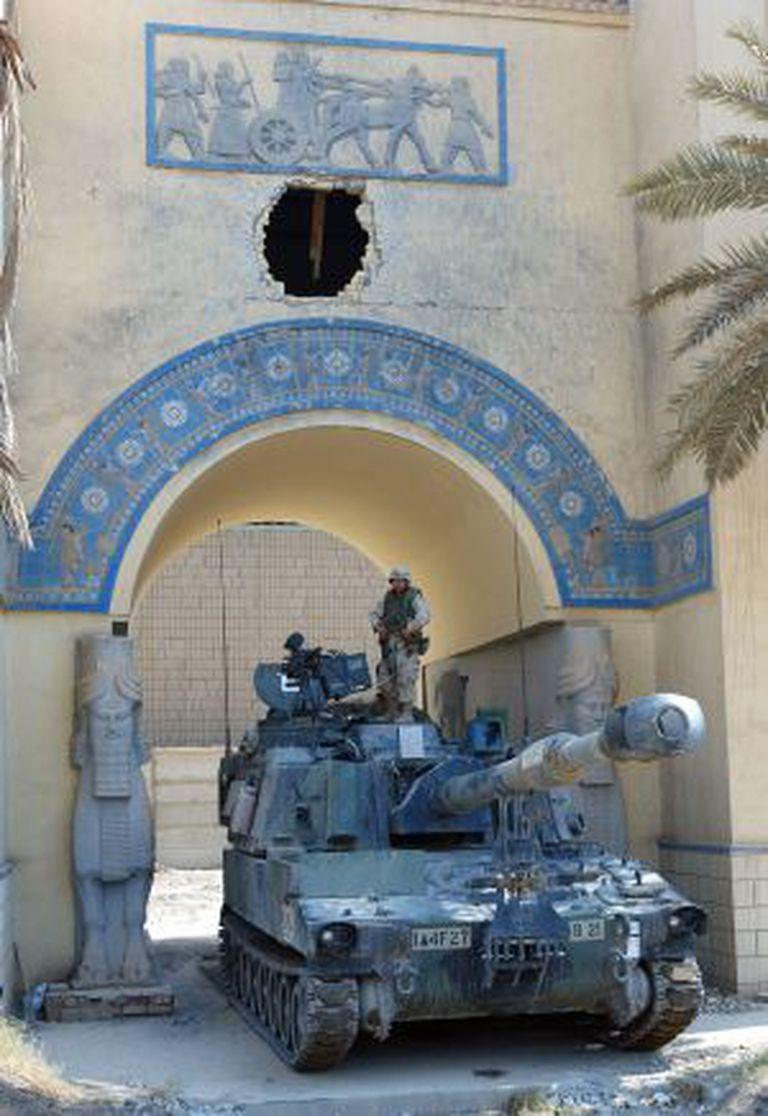 Soldados americanos fazem a segurança das instalações do Museu Nacional do Iraque em julho de 2003 / GETTY