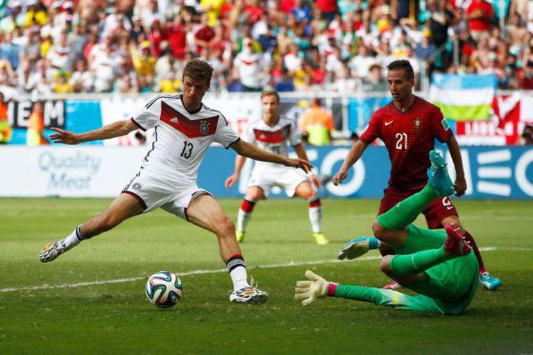 Müller marca um de seus gols contra Portugal.