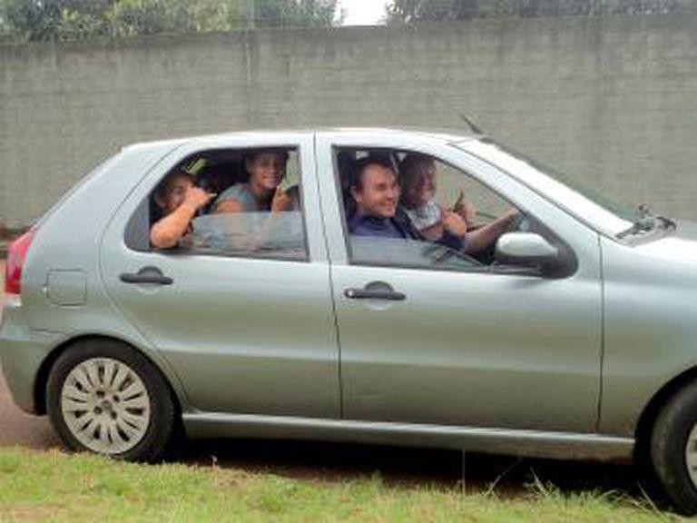 Sem dinheiro para transporte, as garotas improvisam para ir aos treinos.
