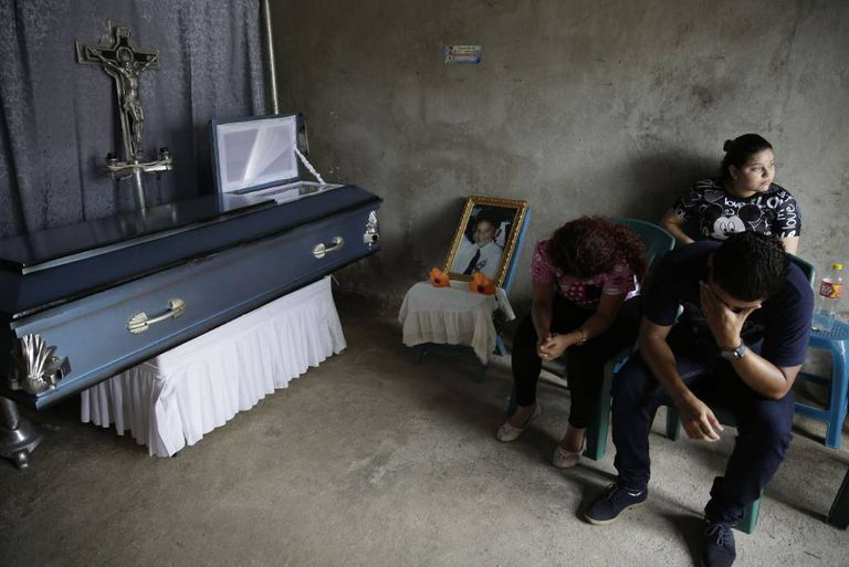 Familiares no velório do jovem Bryan Picado, assassinado em Jinotega (Nicarágua)