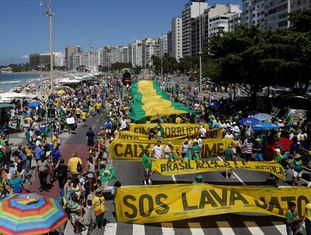Manifestação convocada pelo MBL e pelo Vem pra Rua neste domingo, 26 de março, em Copacabana, no Rio.