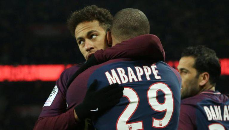 Neymar abraça Mbappé pelo gol diante do Olympique de Marseille.