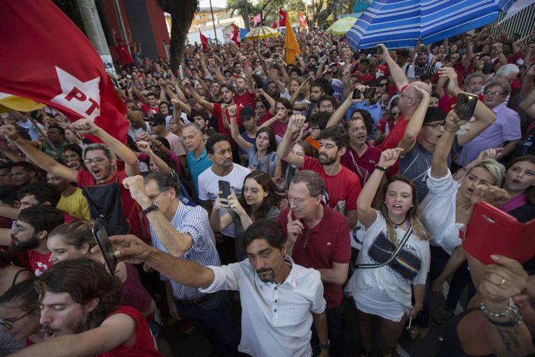 Simpatizantes do ex-presidente brasileiro Lula manifestam-se nesta sexta-feira em frente ao Sindicato dos Metalúrgicos.