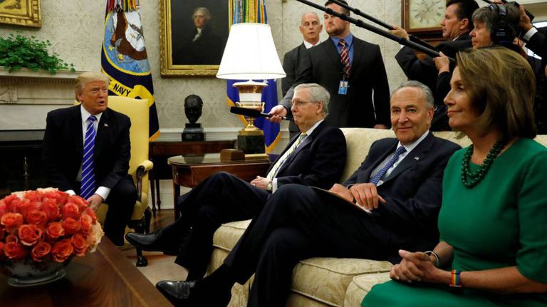 Trump ao lado do líder republicano do Senado, Mitch McConnell, seu homólogo democrata Chuck Schumer e a chefa democrata da Câmara dos Representantes, Nancy Pelosi, quarta-feira no Salão Oval.