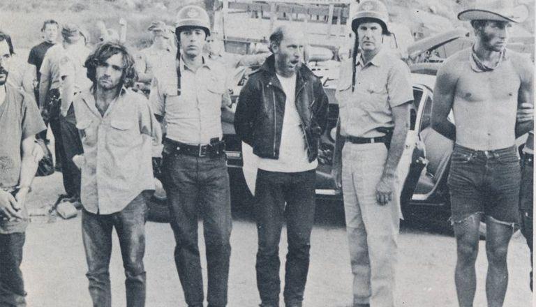 Momento da prisão de Charles Manson (à esquerda) e alguns de seus seguidores.