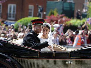 Príncipe Harry e Meghan Markle, em passeio de carruagem após cerimônia na capela de São Jorge.