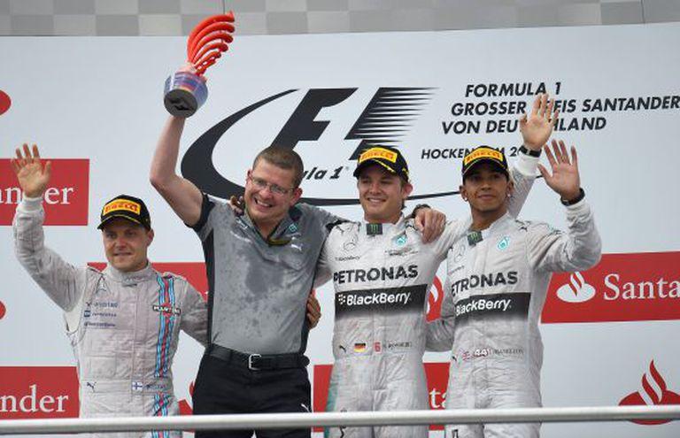 Rosberg celebra a vitória com Hamilton (segundo) e Vottas (terceiro).
