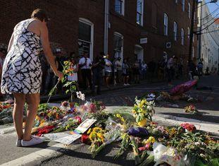 Mulher homenageia vítimas do atropelamento