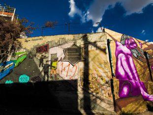 Com centenas de muros grafitados, o cinza paulistano dá espaço para o colorido dos desenhos.