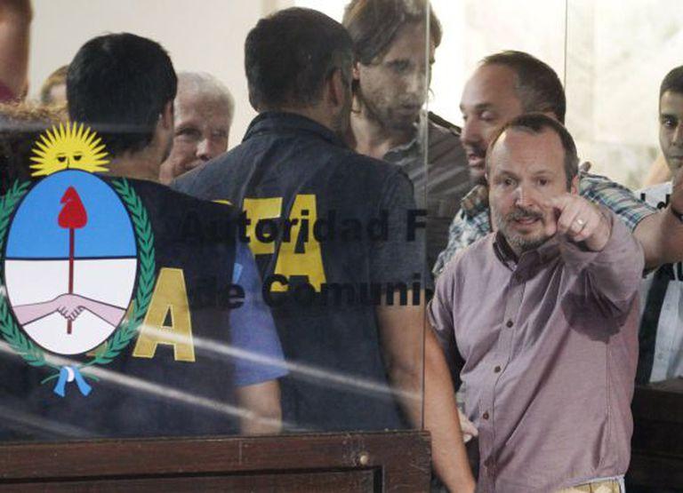 O ex-chefe kirchnerista do órgão regulador dos meios de comunicação da Argentina, Martín Sabbatella, no despejo policial da entidade, na quinta-feira.