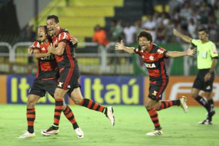 Flamenguistas comemoram gol contra o Fluminense.
