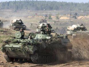 Tanques bielorrussos se preparam para os exercícios militares Zapad-2017.