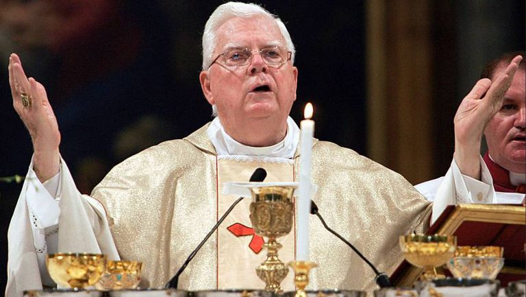 O cardeal Bernard Law em uma missa em Santa Maria Maggiore, em Roma, Itália, em 2004.
