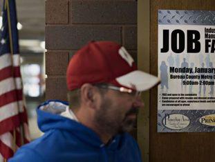 Homem entra em uma feira de emprego em Princeton.