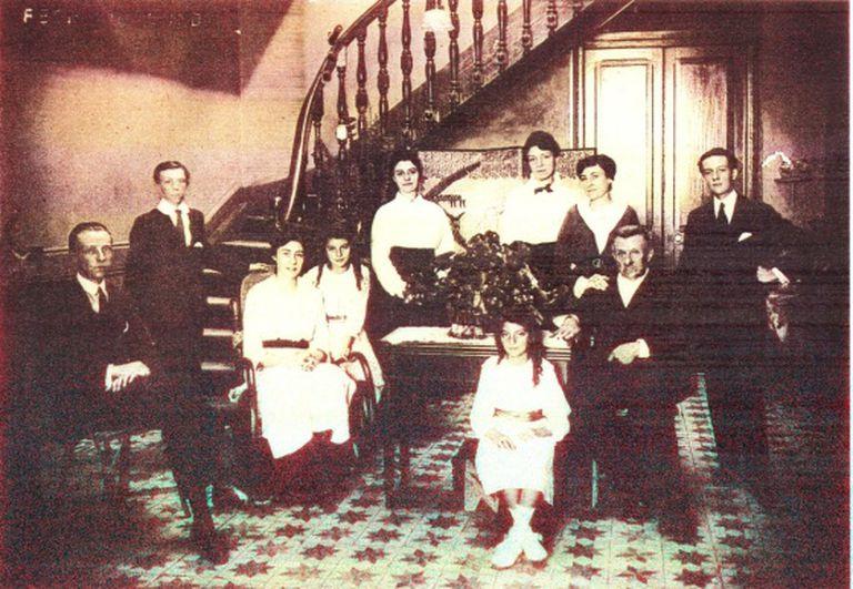 Magdalena Truel, a criança ao centro, em uma foto de família.