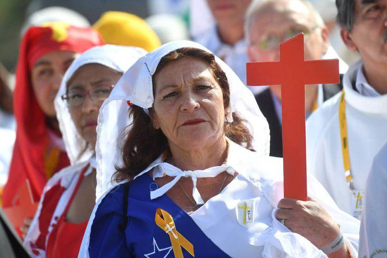 Fiéis na missa com o Papa em um parque de Santiago.