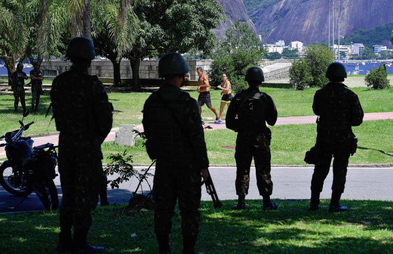 Militares patrulham o aterro do Flamengo, no Rio de Janeiro, no último sábado, um dia após a intervenção federal no Estado.