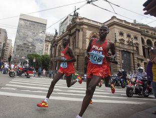 Corredores quenianos apertam o passo no centro de São Paulo.