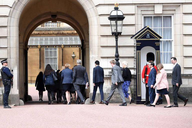 Membros do serviço da rainha vão à reunião de urgência no palácio de Buckingham.