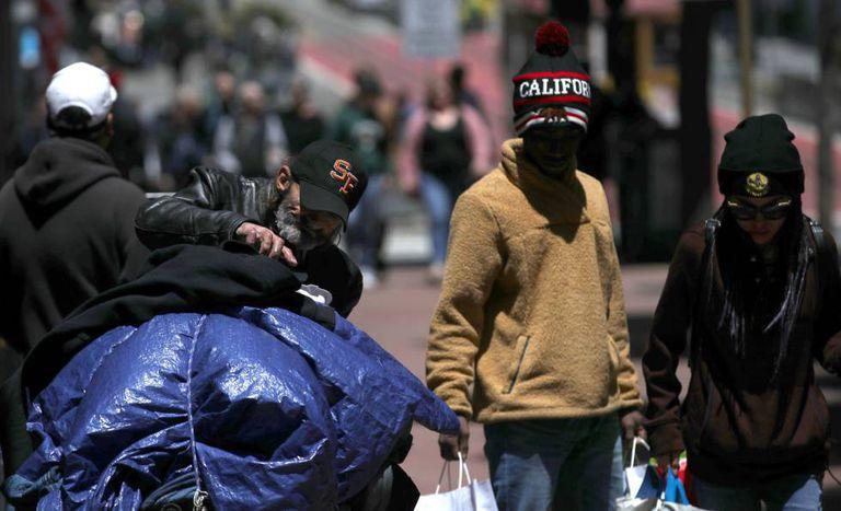 Uma pessoa sem teto, em São Francisco.