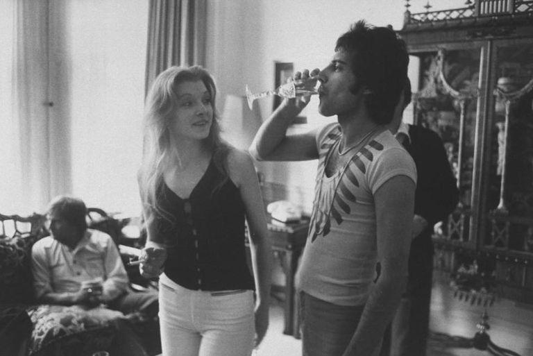 Freddie Mercury e Mary Austin, numa festa organizada na casa dele em 1977.