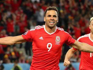 Kanu comemora o gol da virada de Gales.