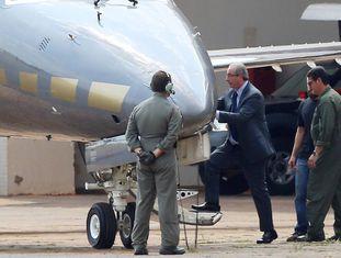 Preso, Eduardo Cunha é conduzido para avião da PF.
