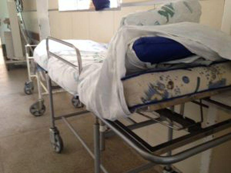 Colchão levado por família de paciente para driblar o desconforto da maca.