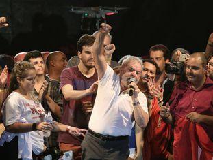 Lula, durante seu discurso contra o impeachment no centro do Rio.