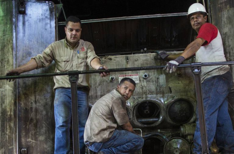 Trabalhadores consertam uma locomotiva em Cidade Guayana, em 1 de novembro.
