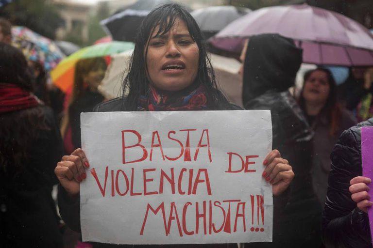 Manifestante com um cartaz contra a violência de gênero na Argentina.
