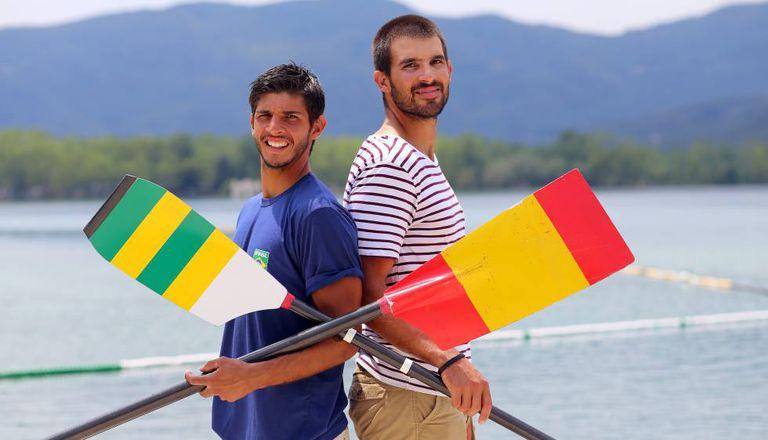 Xavi, que compete pelo Brasil, e Pau, pela Espanha, no lago de Banyoles, com os remos de suas seleções trocados.