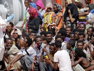 Imigrantes esperam para desembarcar no porto siciliano de Pozzallo.
