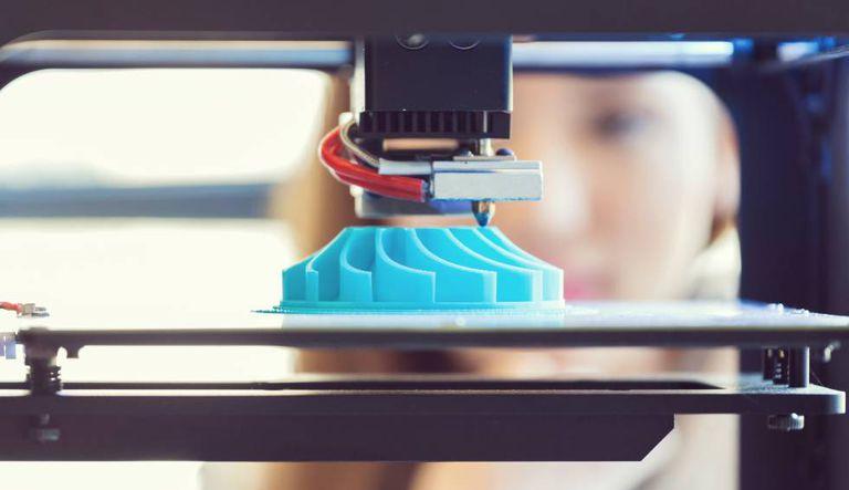 Impressora 3D em funcionamento.