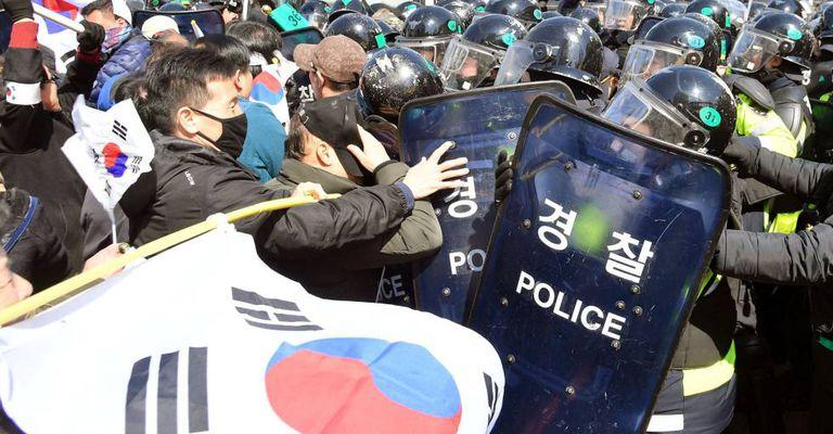 Protesto em Seul após o anúncio da decisão judicial.